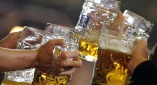 Heavy drinking in middle age linked to faster mental decline in men